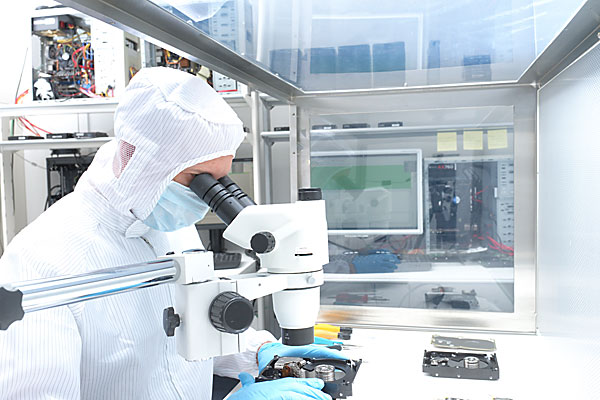data recovery expert in cleanroom